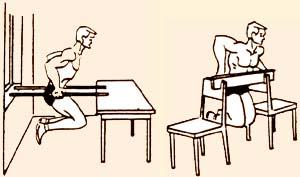 Подоконник и стол, оснащенные двумя перекладинами - неплохая замена специальных подставок